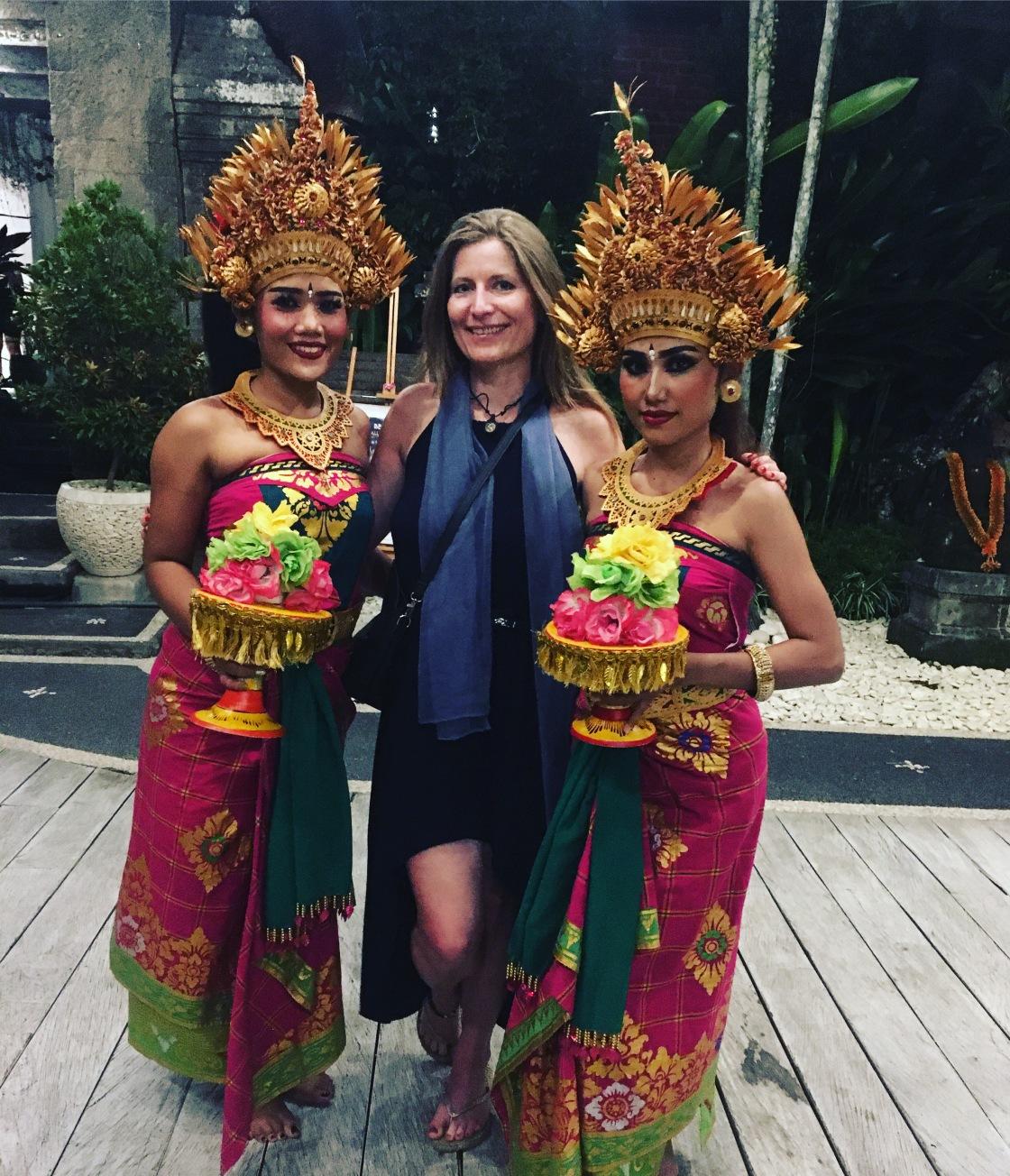 Mette_Kirkegaard_Bali-2020_songwriter-vocalist_ubud-dancers